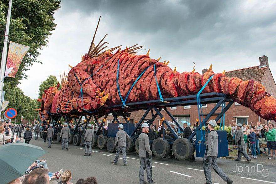 10 гигантских скульптур из цветов на цветочном параде в Нидерландах - 3