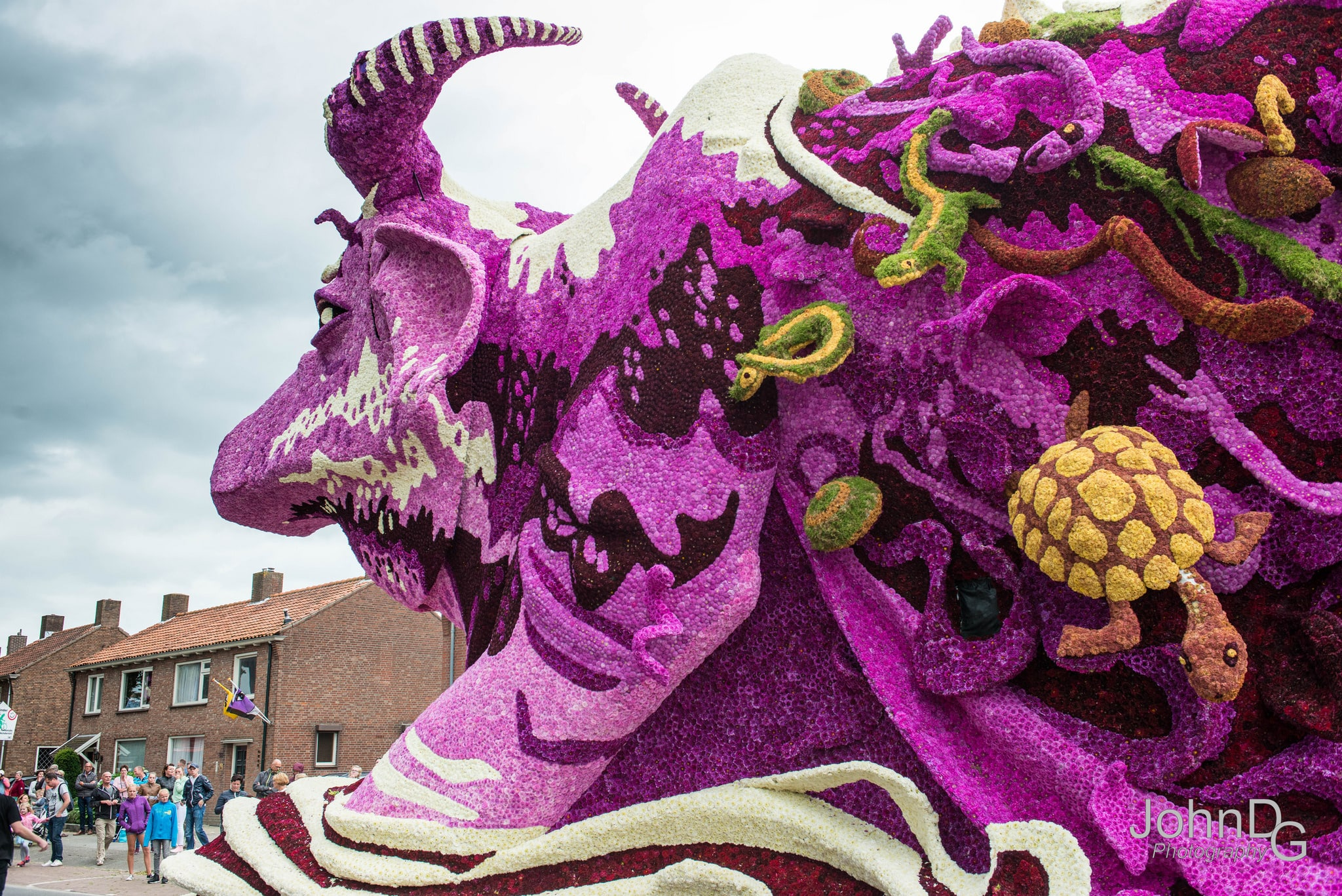 10 гигантских скульптур из цветов на цветочном параде в Нидерландах - 5
