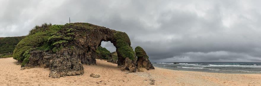 естественная каменная арка на острове Сабтанг