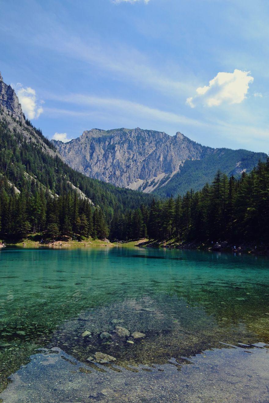 Изумрудное озеро Грюнер-Зе, окружённое горами и лесами