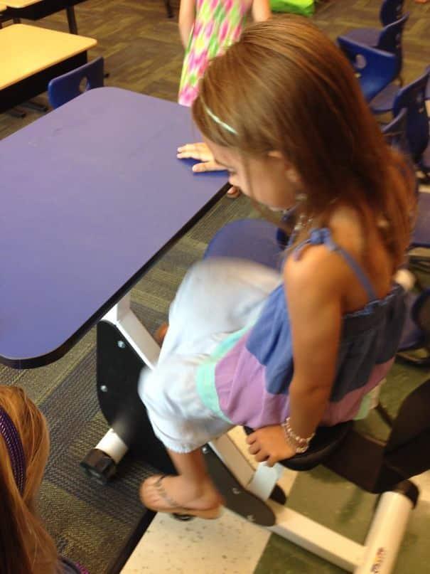 Парты с велотренажером, чтобы дети могли упражняться прямо во время уроков