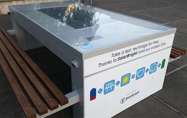 Стол с солнечной панелью, где ученики могут зарядить свои телефоны