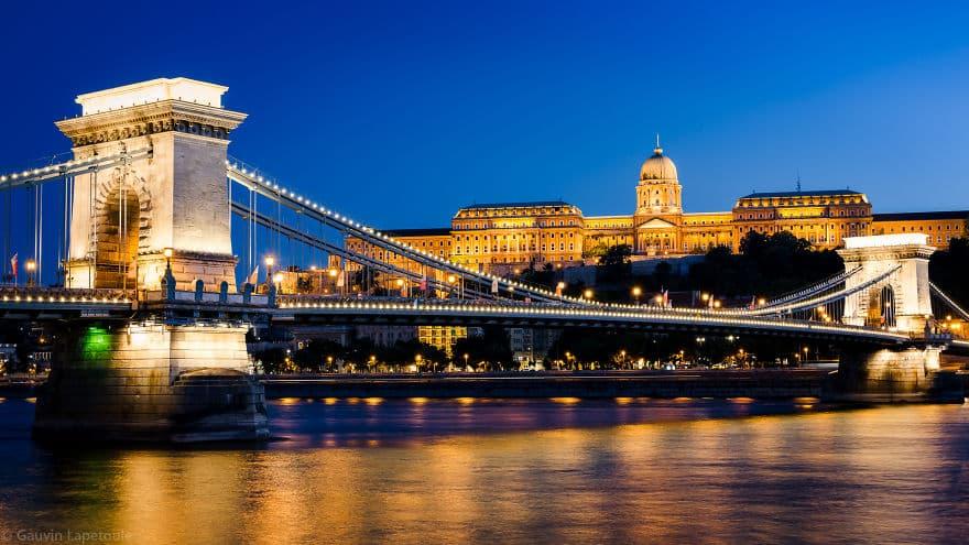 Цепной мост и Королевский дворец вечером