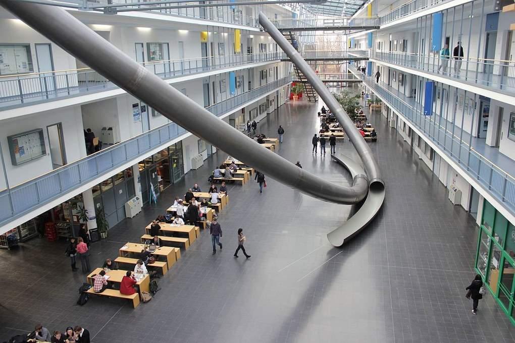 В Мюнхенском Технологическом университете есть специальные трубы для быстрой и веселой транспортировки студентов с верхних этажей