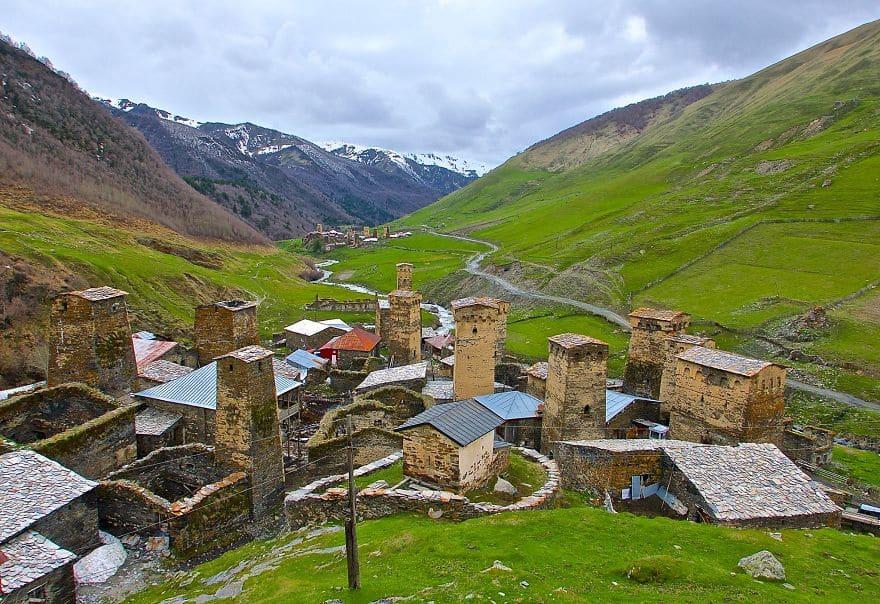 Вид на деревню Ушгули с вершины небольшого холма