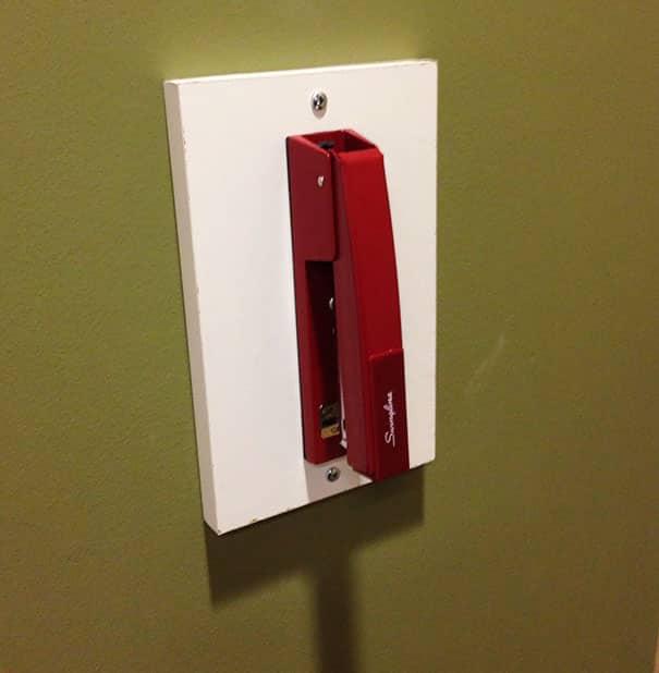 Встроенный в стену степлер для всех нуждающихся!