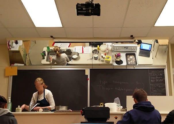Зеркало над доской, которое даст ученикам возможность видеть, что делает учитель
