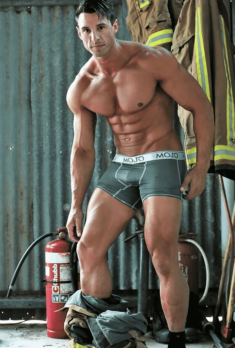Австралийские пожарные снялись для благотворительности с животными и покорили мир